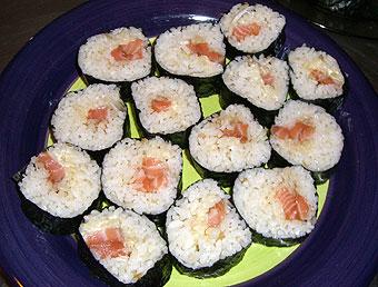 クイーンズタウンで車にあてられる、サーモンの巻き寿司を作る