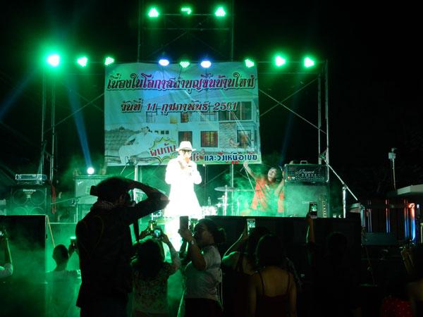 タイの新築パーティで有名人のコンサート