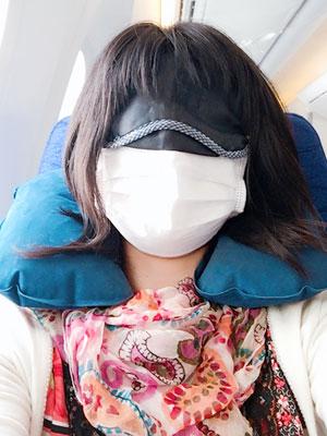 飛行機グッズを詰め込んだポーチでフライトを快適に過ごしています