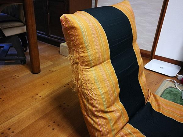 猫が家具で爪をとぐ