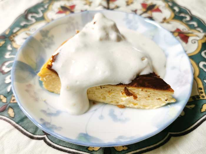 バスク風チーズケーキにクリーム
