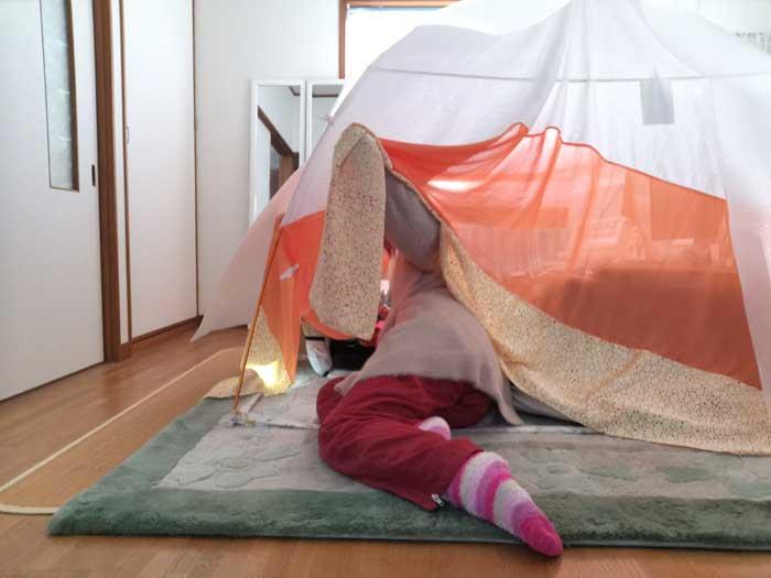 室内テントに入る