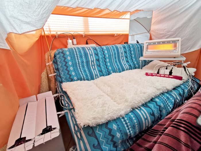 テントの中にソファー
