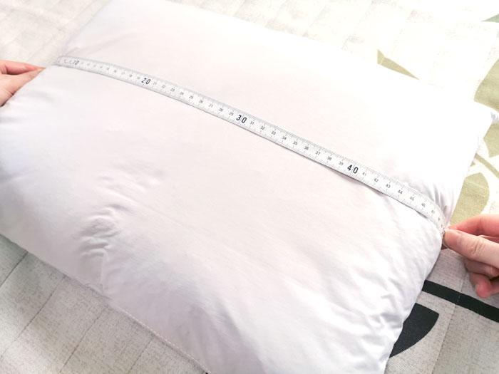 枕のサイズを測る