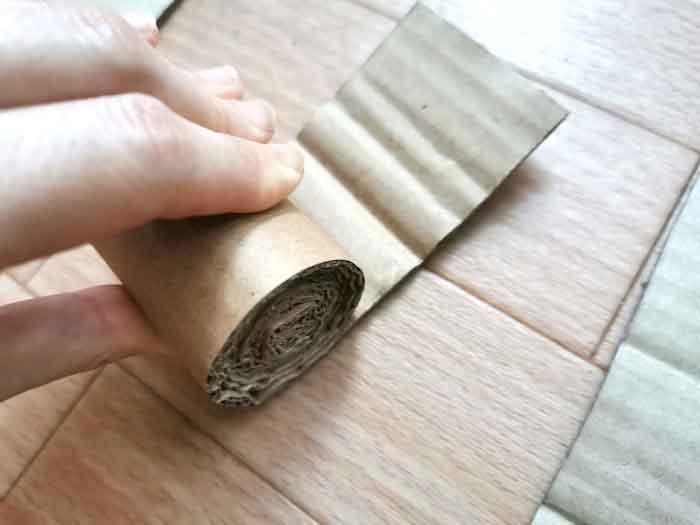 ダンボールで猫の爪研ぎを作る