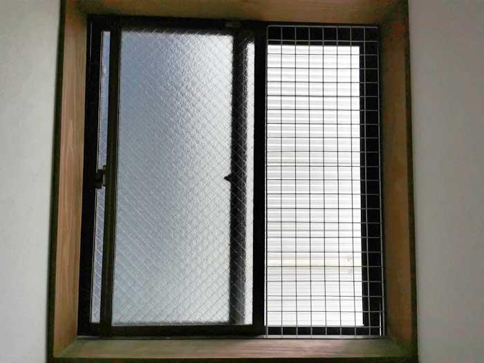 窓にワイヤーネット