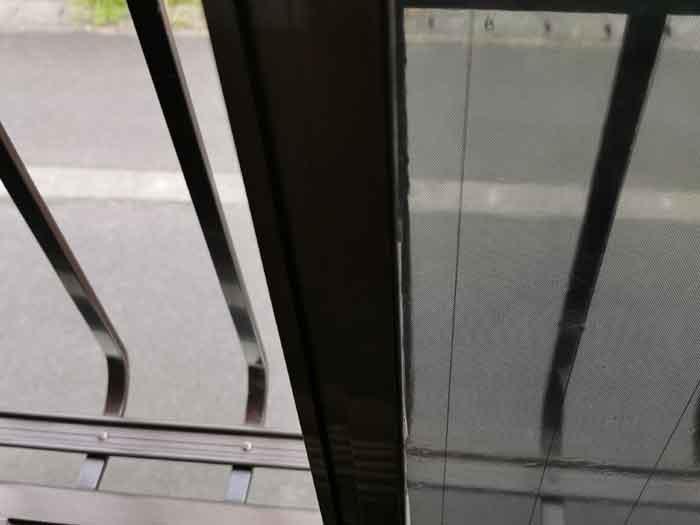 シートを窓に貼り付ける
