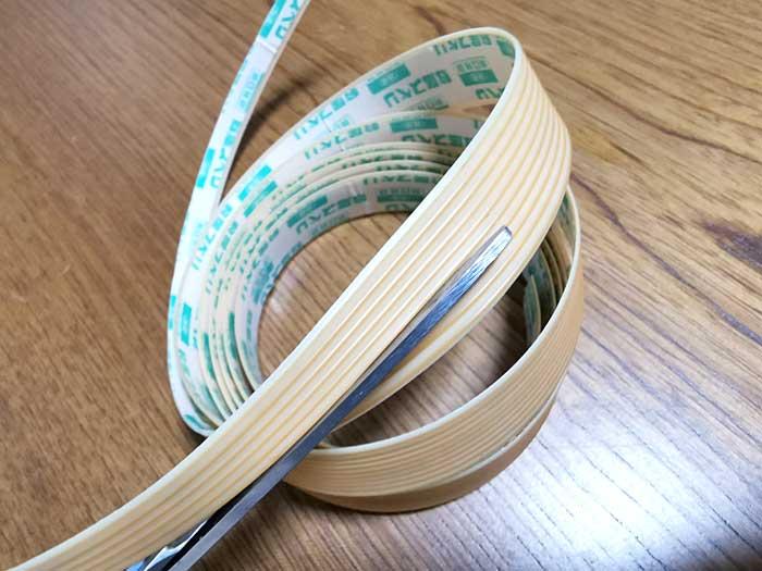 敷居すべりテープを貼る