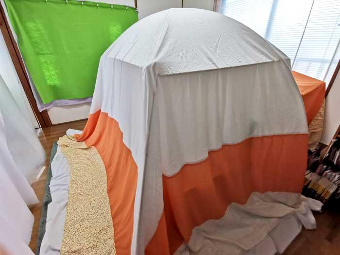 自作の室内テントを設置する