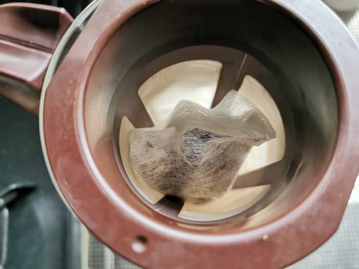 コーヒー豆をミルサーで挽く