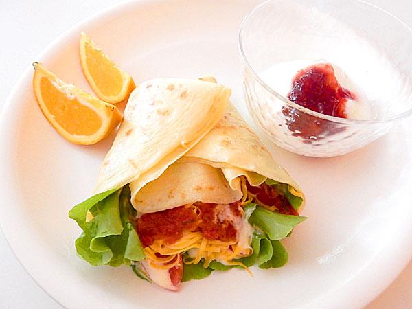 スクランブルエッグとサラダのクレープ巻き