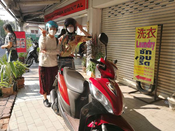 チェンマイでバイクを借りて、2人乗りでサンカンペーンへ微妙な旅