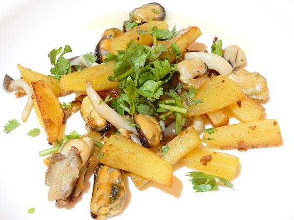 ポテトとキノコとムール貝のガーリック炒め