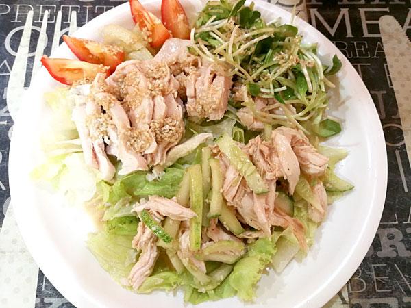 鶏むね肉のごまダレとキュウリの中華風