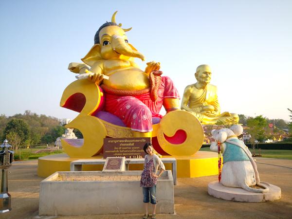 カオヤイの巨大黄金僧が完成!ブッダパークには、黄金のガネーシャも
