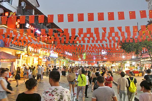 桂林からバスで陽朔へ 西街を歩くも人が多すぎ
