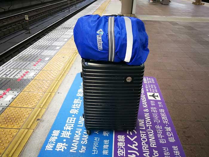 スーツケースからカバンがズリ落ちない!バッグとめるベルトが便利