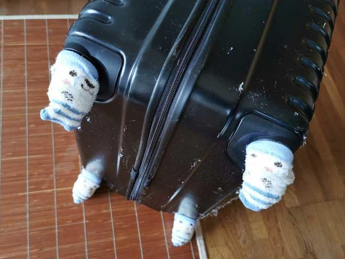 家を汚さず洗濯可!スーツケースの保管には、椅子脚カバーがピッタリ
